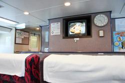 山口県萩市の北西約44kmの日本海海上にある島『見島』 高速船内 テレビ