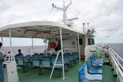 山口県萩市の北西約44kmの日本海海上にある島『見島』 高速船内 デッキ
